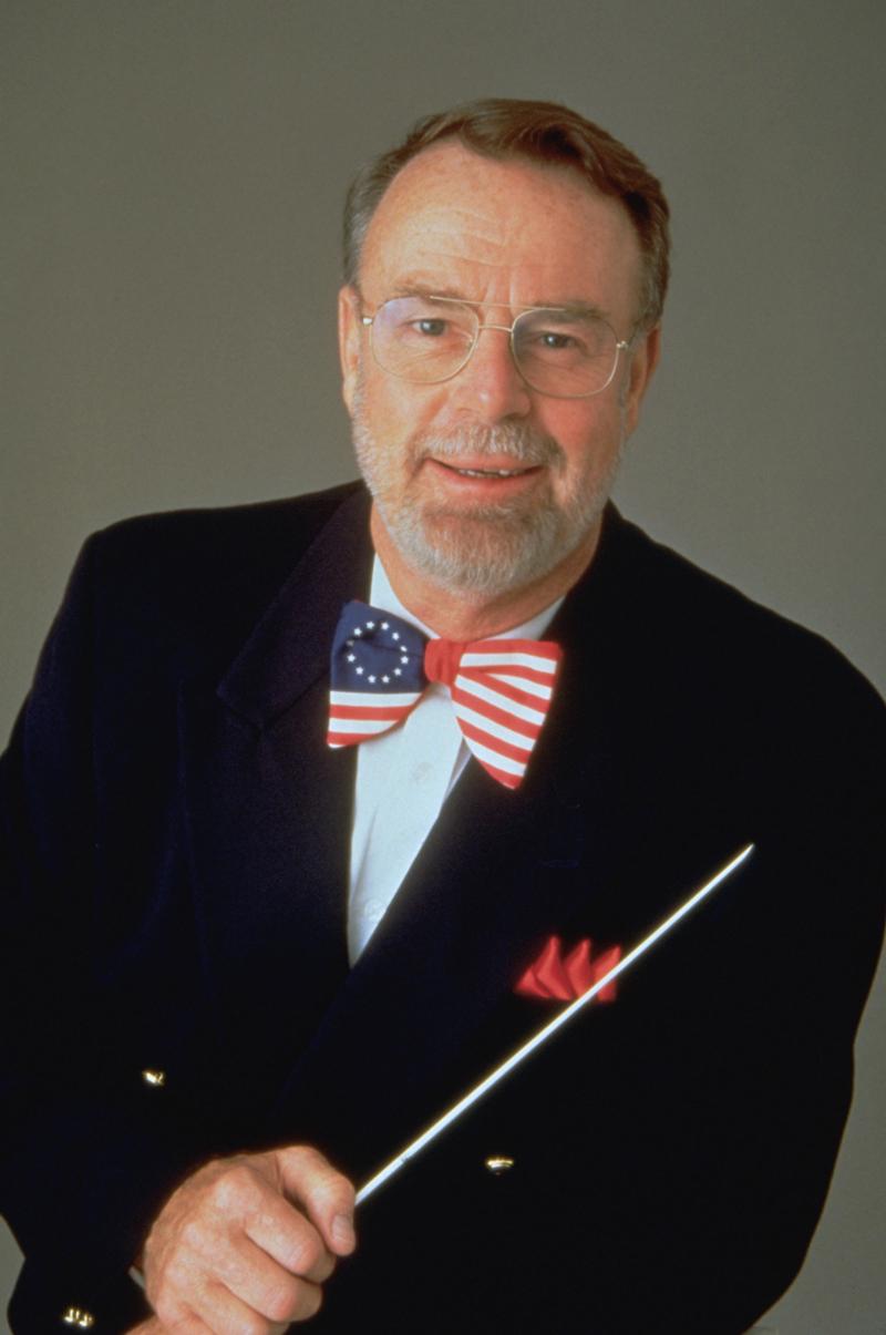 """埃里克·孔泽尔(Erich Kunzel)(1935 - 2009)是世界知名的通俗古典指挥大师,亦是众多发烧友心目中的通俗音乐圣徒。由他领导的辛辛那提通俗乐团也因为精致的录音专辑和活力奔放的演绎风格成为全球影迷和乐迷心中不可替代的电影音乐王者。孔泽尔的指挥具有活力、激情的风格,亦非常擅长将电影壮观和迷人的画面用音乐的语言娓娓道来,让人深深着迷。 作为乐团指挥,孔泽尔与辛辛纳提交响乐团的第一次演出是在40年前,即1965年十月在音乐厅举行的当时很热门的""""8点钟流行音乐会&rdqu"""